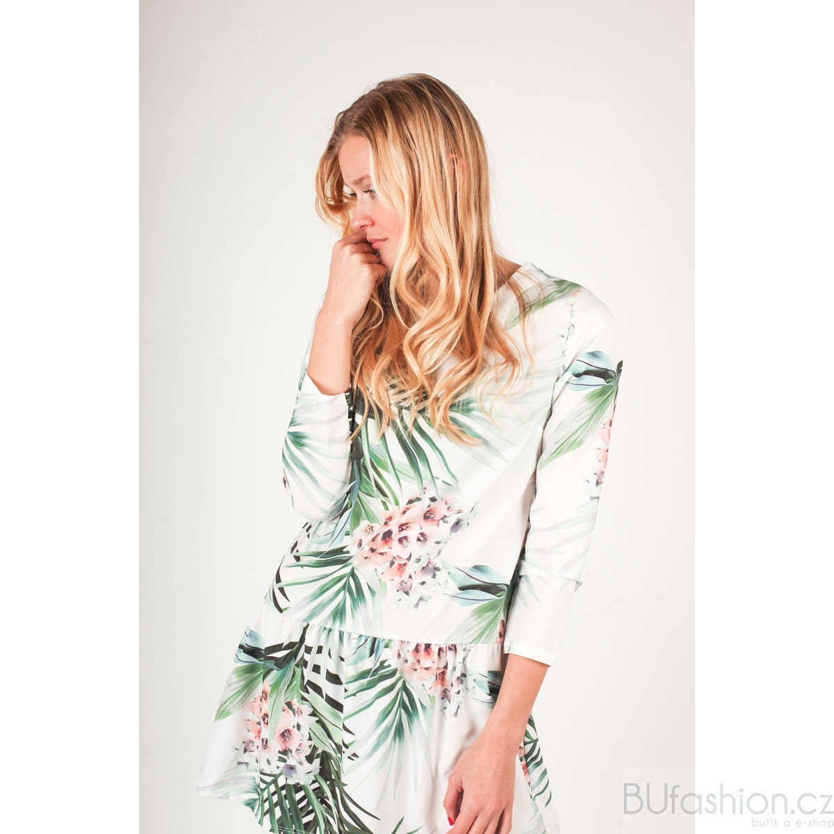 Saténové šaty se vzory palmových listů 0835503f6a