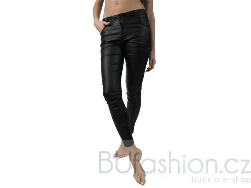 Černé kalhoty se vzhledem kuže