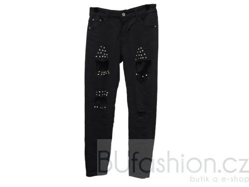 Černé kalhoty s kovovými aplikacemi a několika prostřihy