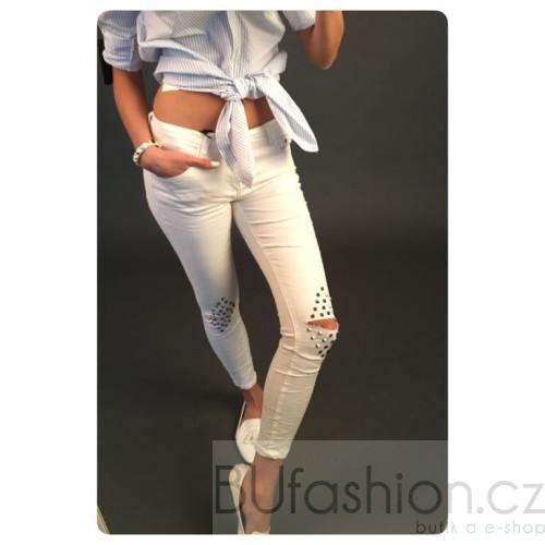 Kalhoty s kovovými aplikacemi