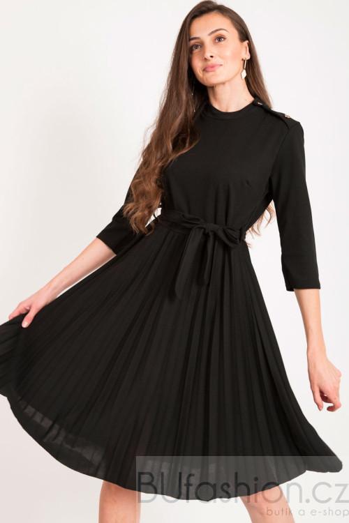 Černé plisované šaty se zlatými knoflíky