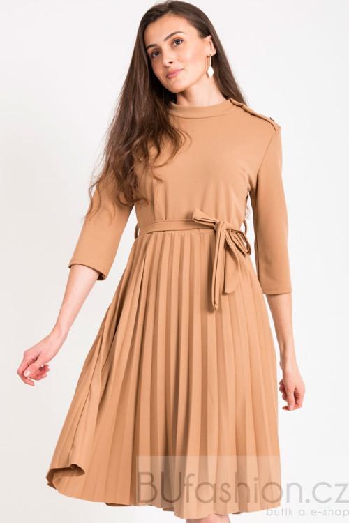 Béžové plisované šaty se zlatými knoflíky